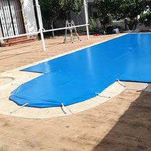 Foto de una lona de piscina instalada por toldos narcea